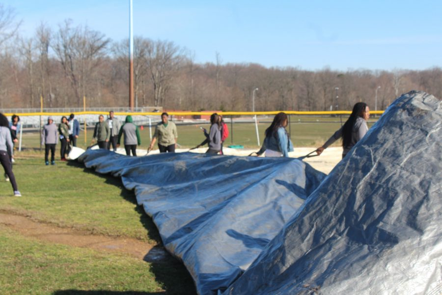 baseball+team+taking+off+the+tarp+on+the+field%0ABy%3A+Tony+walters